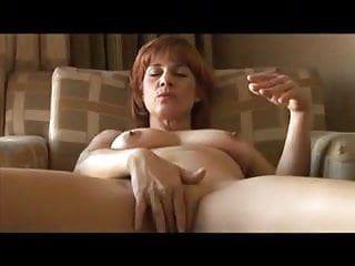 Vecchia troia nonna, completamente nuda, fagocita fino in fondo