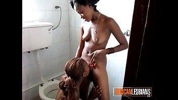 Nubiles lesbo bruno carino mangiano manicotto in bagno pubblico